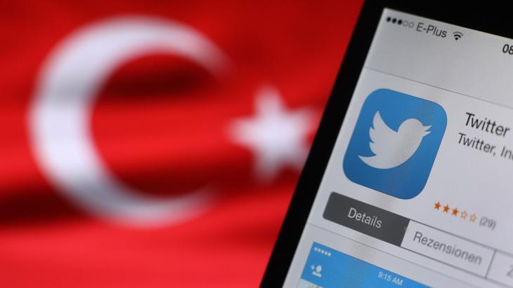 شعار تويتر على جهاز آي فون وعليه يظهر العلَم التركي. Foto: dpa/picture-alliance