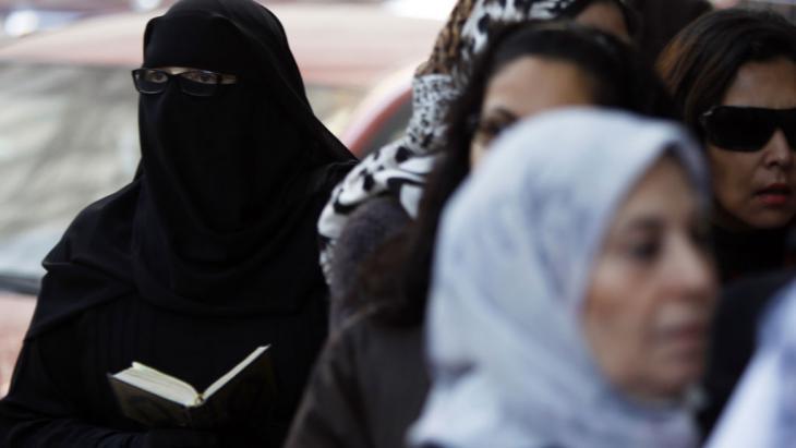 امرأة مصرية منتقبة تقرأ القرآن.Foto: Reuters