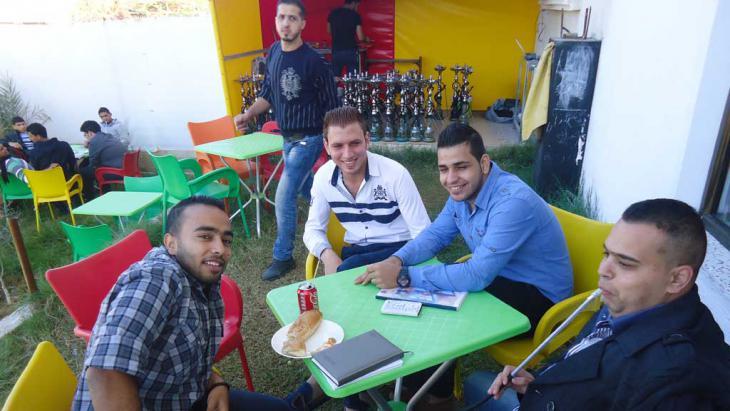 Palästinensische Jugendliche in einem Cafe; Foto: DW/Al-Farra