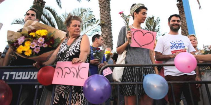 Unterstützer des Hochzeitspaares Morel Malka und Mahmoud Masur; Foto: Reuters