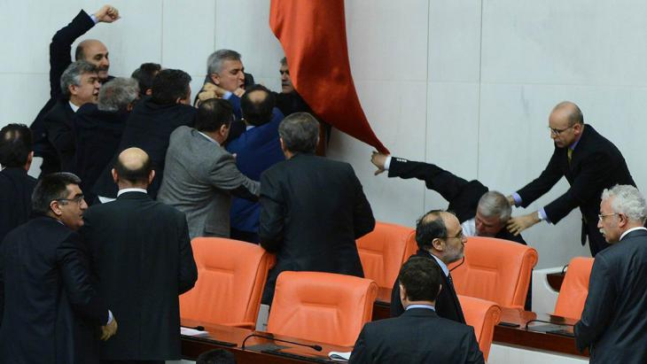 أثناء أحد النقاشات حول الإصلاح القضائي الخلافي حدث عراك بين سياسيين من حزب العدالة والتنمية وحزب الشعب الجمهوري المعارض في شباط/ فبراير 2014 داخل البرلمان في أنقرة. Foto: AFP/Getty Images