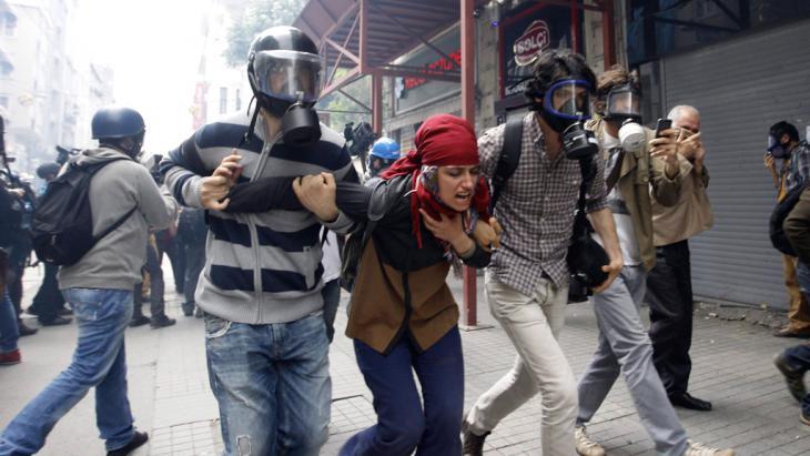 استخدمت الشرطة التركية في صيف 2013 الغاز المسيِّل للدموع لقمع المتظاهرين السلميين وهاجمتهم بقسوة أثناء احتجاجات حديقة غيزي. Foto: Reuters