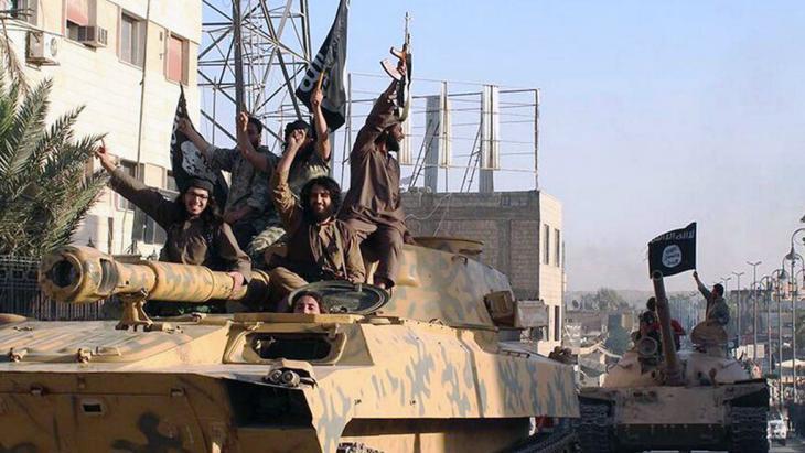 Vorrückende ISIS-Kämpfer im syrischen Raqqa am 30.06.2014; Foto: picture alliance/AP