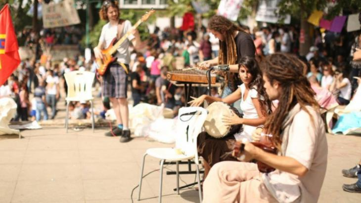 """فرقة ""لايت إن بابيلون"" في حديقة غيزي باسطنبول.  Quelle: 1. Gezi Soul Festival 2014"