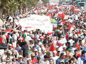 Anhänger des Boutchichiya-Ordens demonstrieren im Juli 2011 für eine Verfassungsreform in Casablanca; Foto: DW