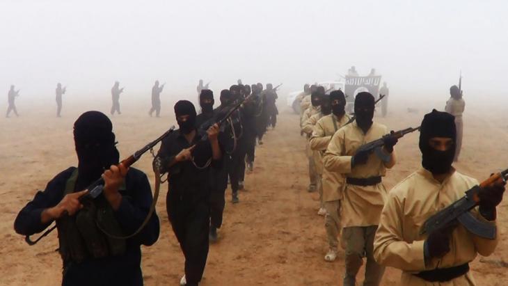 """مقاتلون تابعون لتنظيم """"الدولة الإسلامية"""" في العراق. Foto: picture-alliance/abaca"""