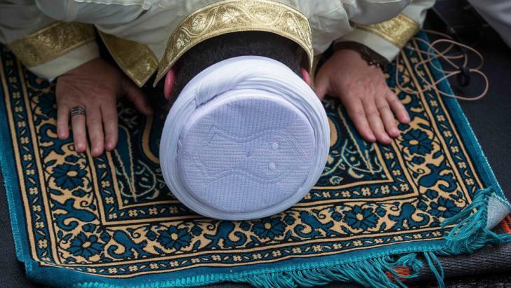 A Muslim man prays at the German Muslim community's day of action in Berlin (photo: Reuters/Hannibal)
