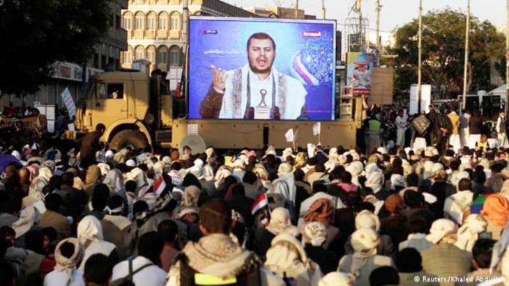 زعيم التمرد الشيعي في اليمن عبدالملك الحوثي في خطاب ألقاه ونقل عبر شاشات عملاقة أمام مؤيديه في وسط العاصمة اليمنية