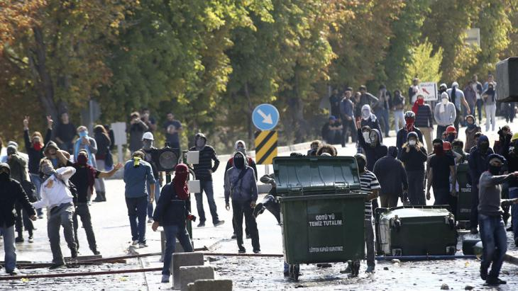 Auseinandersetzung zwischen Polizei-Einheiten und kurdischen Demonstranten in Ankara; Foto: Getty Images/AFP/Adem Altan