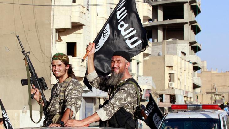 مسلحون من داعش في مدينة الرقة ; Foto: picture-alliance/AP