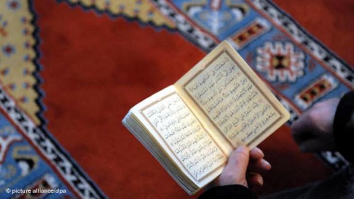 يتوجب فهم القرآن كنص متعدد الأصوات وكحوار مع نصوص أخرى. إنه هبة حواره النقدي مع الأديان التوحيدية خصوصاً.