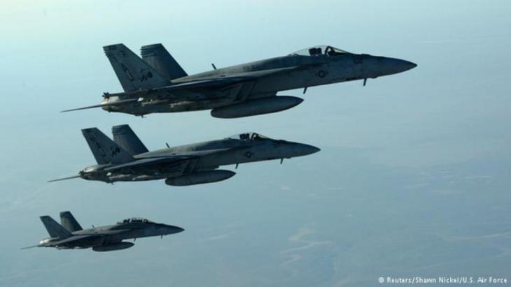 """طائرات التحالف الدولي قامت بغارات في سوريا والعراق ضد مقاتلي """"الدولة الإسلامية""""."""
