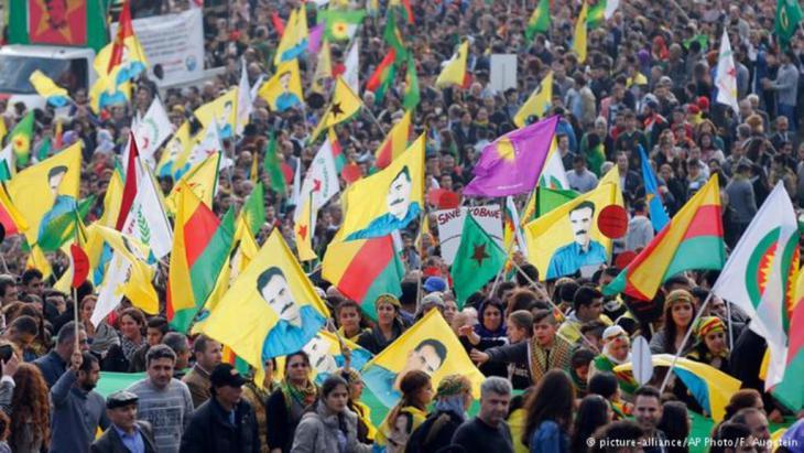 """أكثر من 20 ألف كردي خرجوا في ألمانيا للتنديد بتنظيم """"الدولة الإسلامية""""."""