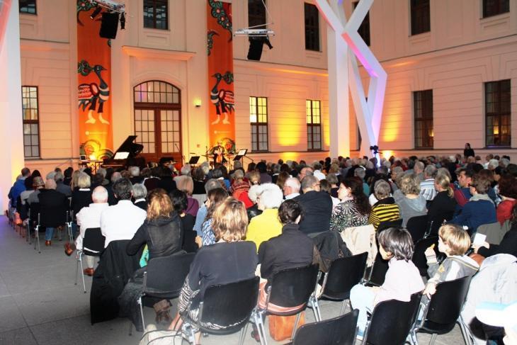 أمسية موسيقية جمعت بين المغنية التركية اليهودية هاداس بال ياردن والمغني الجزائري الألماني مومو دجاندر في برلين.