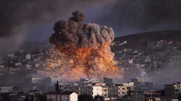 Explosion in der Stadt Kobane nach einem IS-Selbstmordattentat am 20. Oktober 2014; Foto: Getty Images