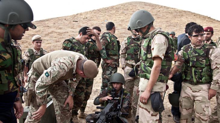 جنود بريطانيون يدربون مقاتلين من البيشمركة على استخدام أسلحة رشاشة جديدة. photo: Sebastian Meyer)