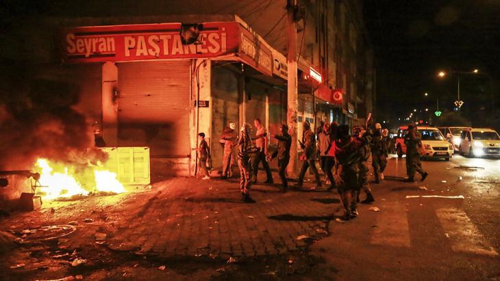 صورة لاحتجاجات كردية في مدينة ديار بكر في السابع من أكتوبر/ تشرين الأول 2014. photo: Getty Images/Ilyas Akengin