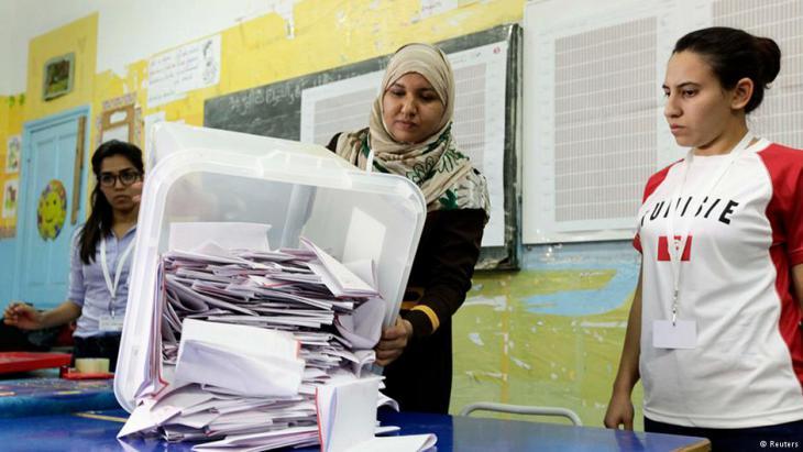 ناخبات يشاركن في الانتخابات البرلمانية في تونس