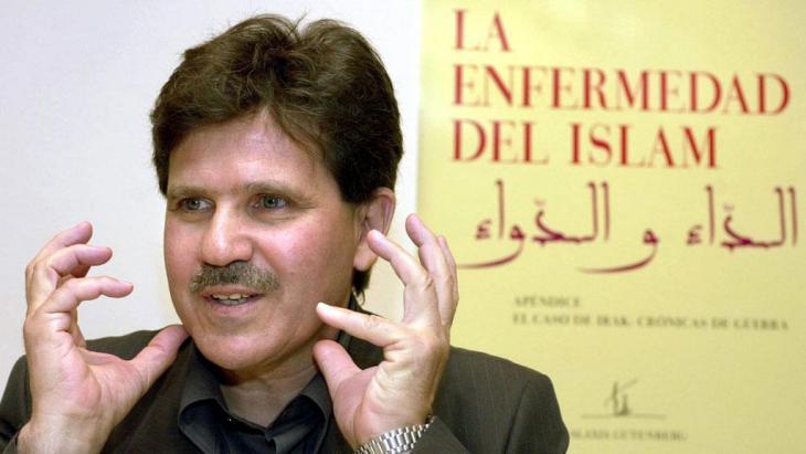 """Abdelwahab Meddeb präsentiert am 15.05.2003 in Madrid die spanische Übersetzung seines Buches """"Die Krankheit des Islam""""; Foto: picture-alliance/dpa"""