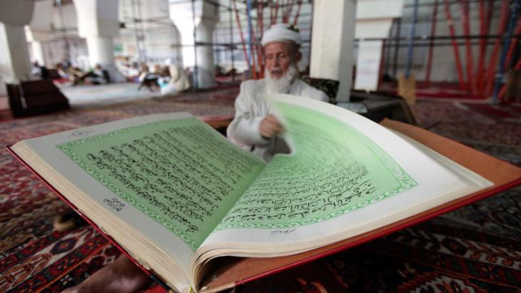 يمني يقرأ القرآن في صنعاء. Foto: Reuters