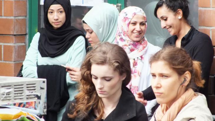 مسلمات ألمانيات أمام مسجد مولانا في حي كرويتسبيرغ في برلين. Foto: DW/A. Almakhlafi