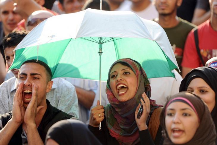 شابات وشباب في القاهرة يحتجون ضد قيادتهم العسكرية.  Foto: dpa