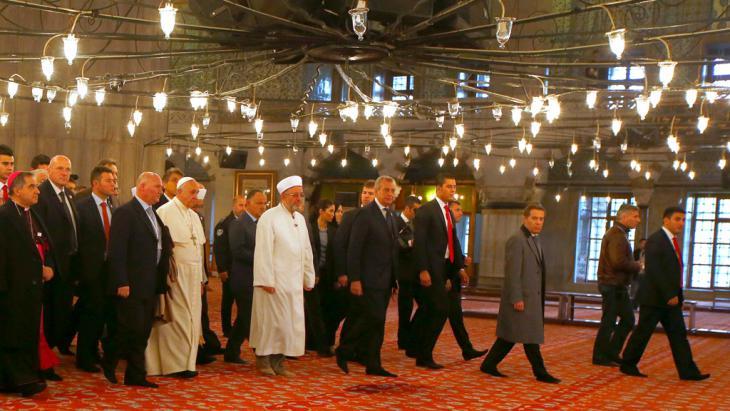 البابا فرانسيس يوم السبت في التاسع والعشرين من تشرين الثاني/ نوفمبر 2014 في المسجد الأزرق (جامع السلطان أحمد) في اسطنبول . Foto: Reuters/T.Gentile