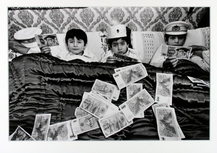 """Fotomotiv """"Drei Brüder nach ihrer Beschneidung""""  aus der Serie """"Türken im Ruhrgebiet""""; Foto: Jüdisches Museum Berlin"""