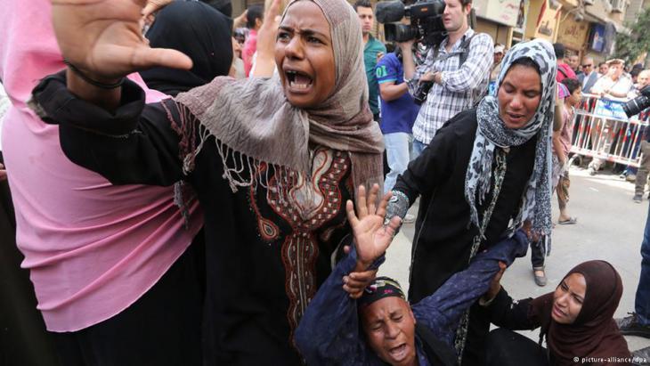 أمهات بعض المحكوم عليهم بالاعدام في مصر يبكين بعد النطق بالحكم