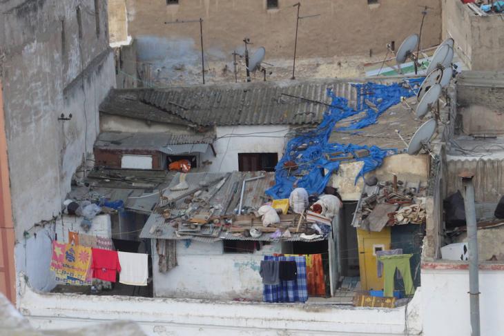 تنتشر الأكواخ وغرف الصفيح حتى على أسطح المنازل في المدينة العتيقة في الدار البيضاء. Foto: Susanne Kaiser