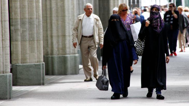 مسلمتان منقبتان في مدينة زيوريخ السويسرية.  Foto: imago/Geisser