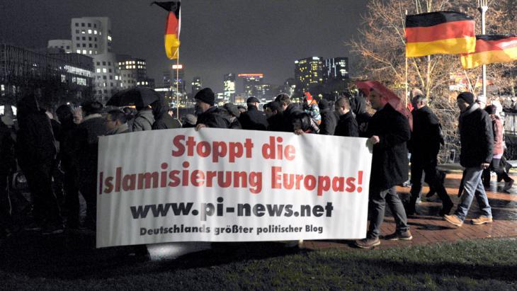 مظاهرة لحركة حركة بيغيدا في مدينة دوسيلدورف الألمانية. Foto: picture-alliance/dpa/Caroline Seidel