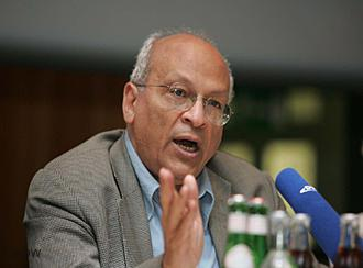 Gamal al-Ghitani at a reading at Deutsche Welle in 2005 (photo: DW)