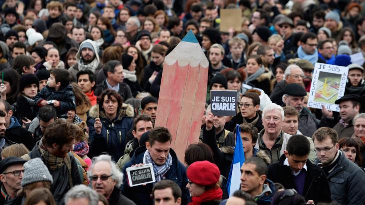 Gedenkveranstaltung für die Opfer des Attentats von Paris in London; Foto: picture-alliance/dpa/Arrizabalaga