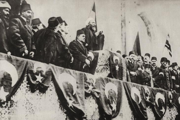 بعد دخول العثمانيين رسميا في الحرب العالمية الأولى، شيخ الإسلام في اسطنبول يدعو إلى الجهاد بتاريخ 14 / 11 / 1914.  Foto: picture-alliance