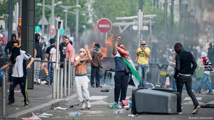 مظاهرات شباب فرنسيين من أصول شمال أفريقية في أحد أحياء باريس.  Foto: picture-alliance/dpa