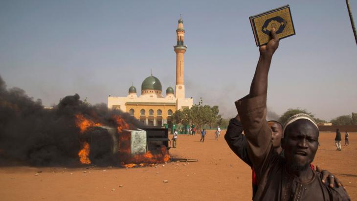 احتجاجات ضد رسومات صحيفة شارلي إيبدو الفرنسية في نيامي عاصمة دولة النيجر الساحلية الغرب-إفريقية. Foto: Reuters/T.Djibo