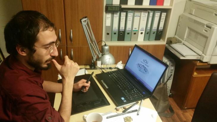 """""""إيمري بيلغيج رسام الكاريكاتير في مجلة """"جافجاف"""". Foto: Senada Sokollu"""