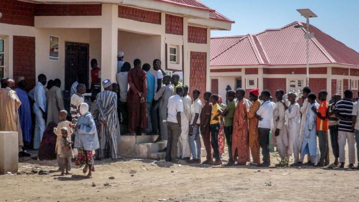 "لاجئون في نيجيريا. People take refuge in ""Teachers Village"" in Maiduguri Province of Borno State, Nigeria, after Boko Haram attacked Baga City, 14 January 2015 (photo: picture-alliance/AA/Mohammed Abba)"