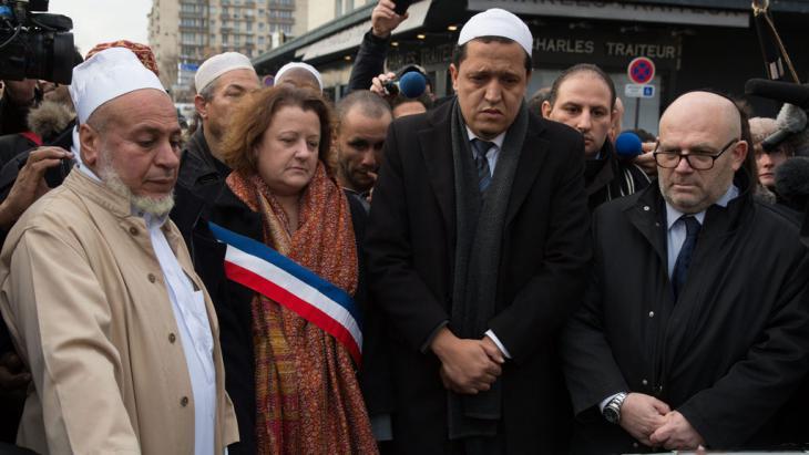 """مسلمو فرنسا في احتجاح ضد الهجوم على رسامي الكاريكاتير في مقر صحيفة """"تشارلي إيبدو"""" Foto: picture-alliance/dpa/Matthieu De Martignac"""