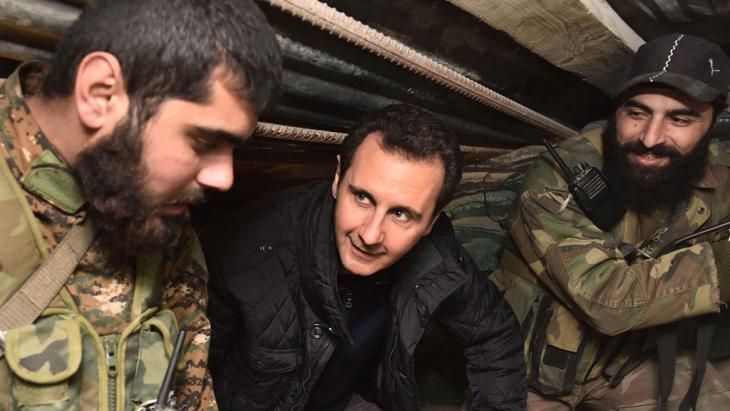 في جوبر بدمشق ، الأسد مع وحدات الدفاع الوطنية.  Foto: picture-alliance/dpa/EPA/SANA