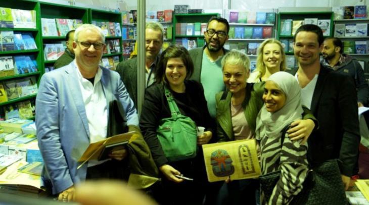 """صورة الوداع: في آخر أيام برنامج """"كايرو كولينغ""""، قام شريف بكر بتوزيع الهدايا على الضيوف الأجانب في المكان المخصص لدار نشره: دار العربي. Foto: Amira El Ahl"""