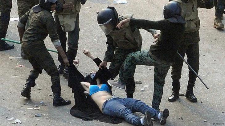 Polizeieinsatz gegen Frauen auf dem Tahrir-Platz im Dezember 2011; Foto: Reuters
