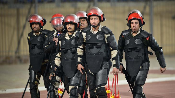 Sicherheitskräfte am Stadion in Kairo während der Ausschreitungen; Mohamed El-Shahed/AFP/Getty Images