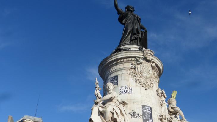 """تمثال ماريان (تجسيد للحرية والعقل): الشعار الوطني للجمهورية الفرنسية، وعليها مكتوب """"أنا شارلي"""". (photo: DW/E. Bryant)"""