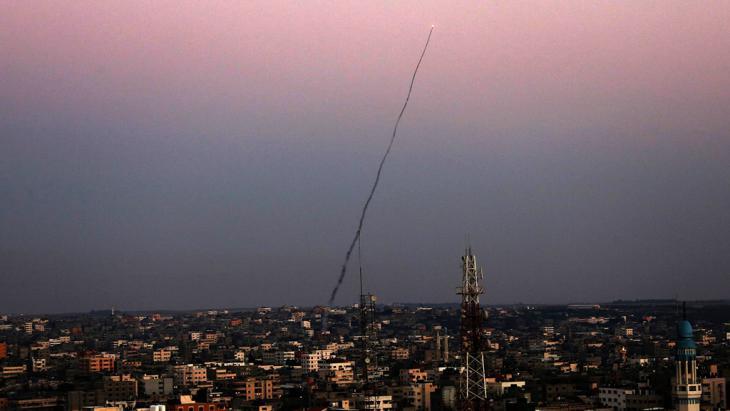 صاروخ M75 تم إطلاقه من غزة على يد مسلحي كتائب عز الدين القسام، الجناح العسكري لحركة حماس، في العاشر من يوليو 2014. (photo: picture-alliance/dpa)