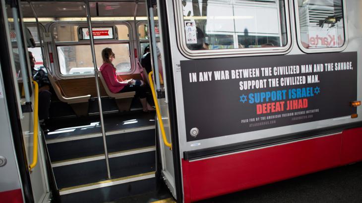 """صورة لحافلة في سان فرانسيسكو بتاريخ 15 أغسطس/ آب 2012. تحمل الحافلة إعلانا مؤيدا لإسرائيل ومناهضا للإسلام. ويقول الإعلان """"في أي حرب بين المتحضرين والهمجيين، عليك بتأييد المتحضرين. ادعم إسرائيل واهزم الجهاد"""". (photo: EPA/JOHN G. MABANGLO)"""