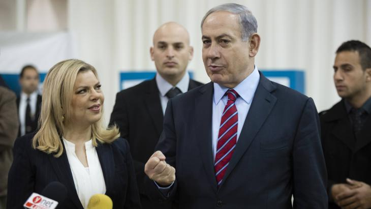 Israeli Prime Minister Benjamin Netanyahu (second from right) stands next to his wife Sara, Jerusalem, 31 December 2014 (photo: imago/David Vaaknin)