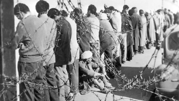 جزائريون اعتقلهم الفرنسيون في ديسمبر عام 1956. Foto: dpa/picture-alliance