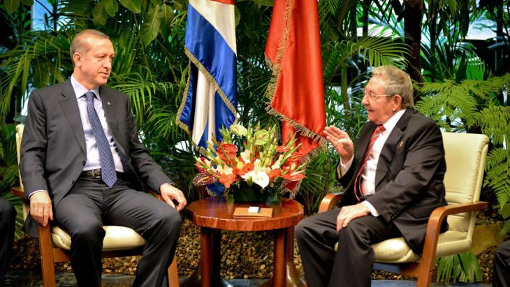 الرئيس التركي رجب طيب إردوغان (يسار) والرئيس الكوبي راؤول كاسترو خلال لقاء في هافانا في الحادي عشر من شباط/فبراير 2015.  (photo: picture-alliance/epa/A. Roque)